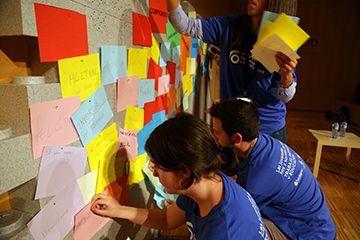 Monitors/es fent activitats al curs de Fundesplai